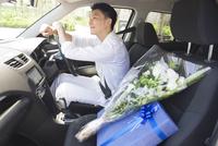運転席に座る男性 33000003848| 写真素材・ストックフォト・画像・イラスト素材|アマナイメージズ