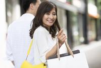 ショッピングを楽しむ男性と女性 33000003850| 写真素材・ストックフォト・画像・イラスト素材|アマナイメージズ