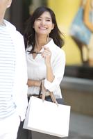 ショッピングを楽しむ男性と女性 33000003851| 写真素材・ストックフォト・画像・イラスト素材|アマナイメージズ