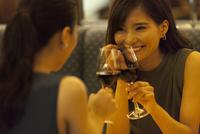 レストランで乾杯する女性 33000003856| 写真素材・ストックフォト・画像・イラスト素材|アマナイメージズ