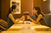 レストランで乾杯する女性2人 33000003858| 写真素材・ストックフォト・画像・イラスト素材|アマナイメージズ