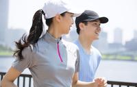ランニングをする男性と女性 33000003867| 写真素材・ストックフォト・画像・イラスト素材|アマナイメージズ