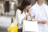 ショッピングを楽しむ男性と女性