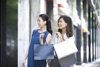 ウィンドウショッピングを楽しむ女性2人 33000003901  写真素材・ストックフォト・画像・イラスト素材 アマナイメージズ