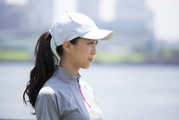 スポーツウエアを着た女性の横顔