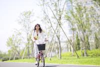 自転車で買い物をする女性