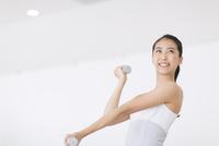 ダンベルで運動をする女性
