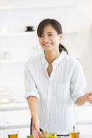 ダイニングテーブルで料理の準備をする女性