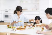 ダイニングテーブルで食事を楽しむ家族