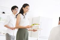 食事を用意する女性と男性