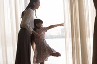 窓の外を眺める親子