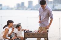 バーベキューを楽しむ家族 33000004079| 写真素材・ストックフォト・画像・イラスト素材|アマナイメージズ