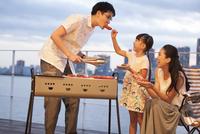 バーベキューを楽しむ家族 33000004082| 写真素材・ストックフォト・画像・イラスト素材|アマナイメージズ