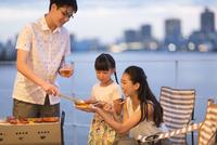 バーベキューを楽しむ家族 33000004084| 写真素材・ストックフォト・画像・イラスト素材|アマナイメージズ