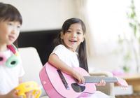 ソファーに座ってギターを弾く女の子
