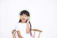 ヘッドフォンを付けて微笑む女の子