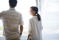 窓の外を眺める男性と女性