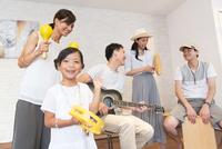 室内で楽器を持って演奏する家族