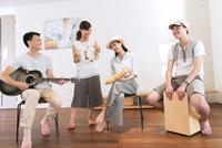 室内で楽器を持って演奏する男女