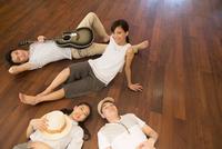 床に寝転んでくつろぐ男女 33000004099| 写真素材・ストックフォト・画像・イラスト素材|アマナイメージズ
