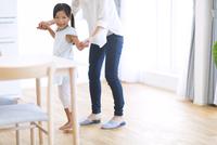 母親と手を繋いで喜ぶ女の子