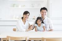ダイニングテーブルで笑い合う家族
