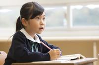 教室で授業を受ける小学生の女の子 33000004133| 写真素材・ストックフォト・画像・イラスト素材|アマナイメージズ