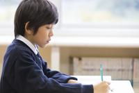 教室で授業を受ける小学生の男の子