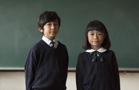 黒板の前に立って微笑む小学生の男女 33000004141  写真素材・ストックフォト・画像・イラスト素材 アマナイメージズ
