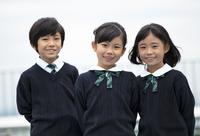 屋上に立って笑う小学生たち 33000004145| 写真素材・ストックフォト・画像・イラスト素材|アマナイメージズ