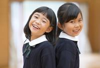 体育館で笑う小学生の女の子2人