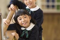 校舎内で微笑む小学生の女の子