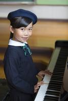 音楽室でピアノを演奏する女の子
