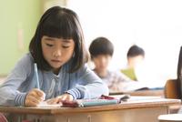 教室で授業を受ける小学生の女の子