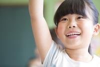 授業中に手を上げる小学生の女の子