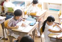 教室で授業を受ける小学生たち