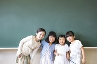 黒板の前に並んで立って笑う女の子4人 33000004241| 写真素材・ストックフォト・画像・イラスト素材|アマナイメージズ