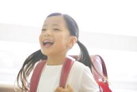 ランドセルを背負って笑う女の子