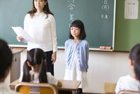 教室で自己紹介をしている女の子