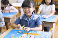 教室で貼り絵を楽しむ女の子