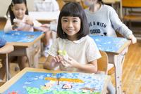 教室で貼り絵を楽しむ女の子 33000004269  写真素材・ストックフォト・画像・イラスト素材 アマナイメージズ