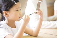 絵具で色を塗る女の子