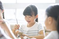 絵具の筆で色を塗る女の子