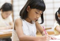 塾の合宿で授業を受ける女の子 33000004282| 写真素材・ストックフォト・画像・イラスト素材|アマナイメージズ
