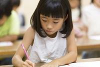 塾の合宿で授業を受ける女の子 33000004284| 写真素材・ストックフォト・画像・イラスト素材|アマナイメージズ