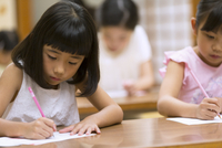 塾の合宿で授業を受ける女の子 33000004285| 写真素材・ストックフォト・画像・イラスト素材|アマナイメージズ