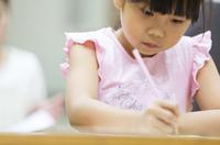 塾の合宿で授業を受ける女の子 33000004287| 写真素材・ストックフォト・画像・イラスト素材|アマナイメージズ