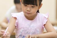 塾の合宿で授業を受ける女の子 33000004288| 写真素材・ストックフォト・画像・イラスト素材|アマナイメージズ