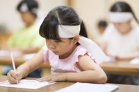 塾の合宿で授業を受ける女の子 33000004290| 写真素材・ストックフォト・画像・イラスト素材|アマナイメージズ