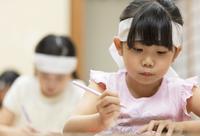 塾の合宿で授業を受ける女の子 33000004291| 写真素材・ストックフォト・画像・イラスト素材|アマナイメージズ